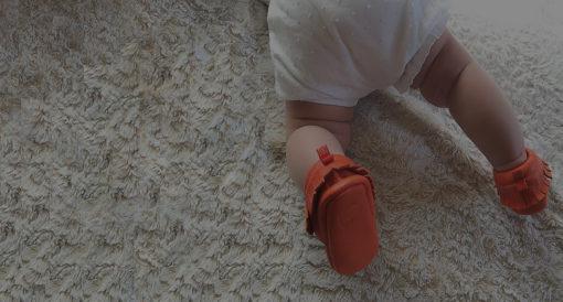 chausson mocassin à franges en cuir à tannage végétal orange pour bébé et enfant. idée cadeau naissace