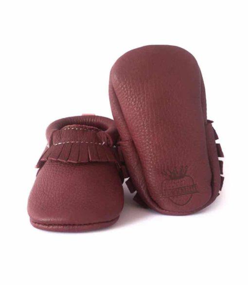 Chausson mocassin en cuir à tannage végétal bordeaux. Adapté aux premiers pas. Pour bébé et enfant. Idée cadeau naissance