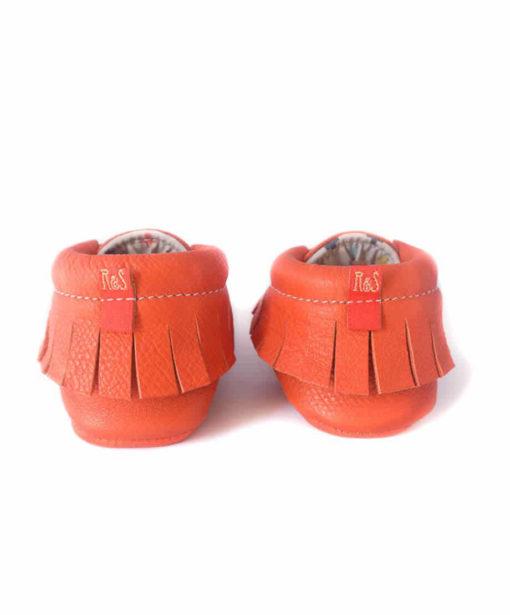 Chausson mocassin en cuir orange à tannage végétal avec imprimé croix indiennes. Adaptés aux premiers pas. Pour bébé et enfant