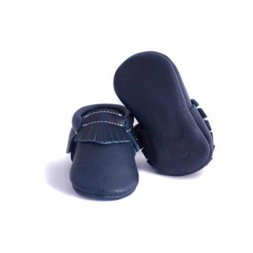 Chausson mocassin en cuir à tannage végétal bleu marine. Adapté aux premiers pas. Pour bébé et enfant. Idée cadeau naissance