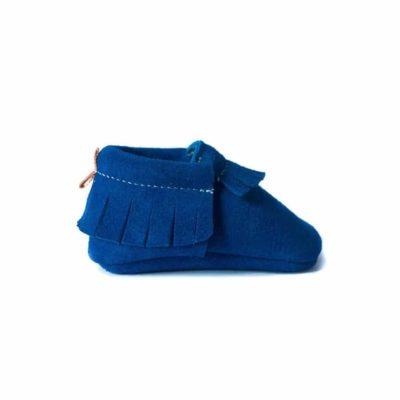 Chausson mocassin en cuir de velours à tannage végétal bleu roi. Adaptés aux premiers pas. Pour bébé et enfant. Idée cadeau naissance