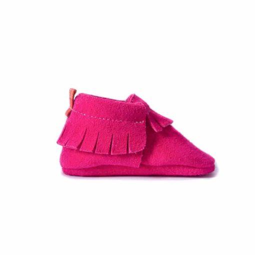 Chausson mocassin en cuir de velours à tannage végétal rose fuschia. Adaptés aux premiers pas. Pour bébé et enfant. Idée cadeau naissance