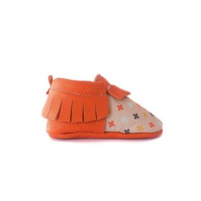 Chausson mocassin en cuir à tannage végétal orange avec imprimé croix amérindiennes. Adaptés aux premiers pas. Pour bébé et enfant